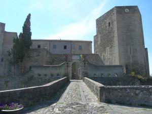 Federico II in Basilicata - Castello di Melfi - particolare dell'ingresso