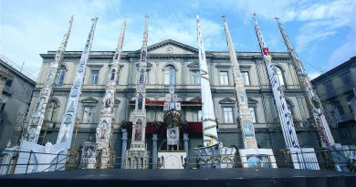 Gigli in Piazza Duomo dopo la sfilata del 2011 (foto Archivio Paolo Peluso – Nola)